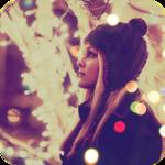 Аватар Девушка в вязаной шапочке стоит на фоне украшенных гирляндой деревьев