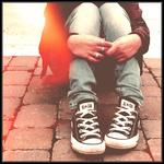 Аватар Девушка в кедах сидит, сложа руки на коленях
