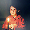Аватар Джорджи Хенли в роли Люси Певенси в фильме Хроники Нарнии: Лев, колдунья и волшебный шкаф / The Chronicles of Narnia: The Lion, the Witch and the Wardrobe держит в руке свечу