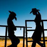 Аватар Силуэт парня и девушки в шляпах, стоящих напротив друг друга