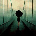 Аватар Девушка с черным зонтом идет по мосту