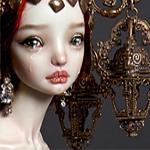 Аватар Плачущая кукла с большой необычной короной