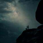 Аватар Влюбленная пара стоит на горе на фоне ночного неба