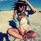 Аватар Девушка в шляпе сидит на песке