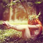 Аватар Обнаженная девушка сидит на земле, в окружении травы и деревьев