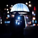 Аватар Влюбленная пара стоит под зонтом на фоне города