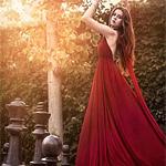 Аватар Девушка в красном платье, стоит коснувшись листвы дерева, рядом с шахматными фигурами