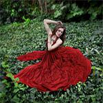 Аватар Девушка сидит в листве, в красном платье