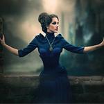 Аватар Девушка в синем платье, стоит расправив руки