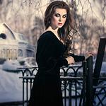 Аватар Девушка в черном платье стоит у кованого забора