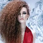 Аватар Девушка в красном платье с пышными волосами