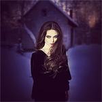 Аватар Девушка стоит на фоне дома