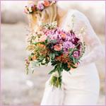 Аватар Блондинка в веночке и с букетом цветов в руках смотрит вниз