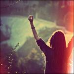 Аватар Девушка на природе, стоит раскинув руки