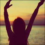 Аватар Девушка с поднятыми руками на фоне моря
