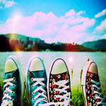 Аватар Ножки в кедах на фоне реки