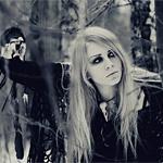 Аватар Девушка, в черном одеяние, пробирается сквозь деревья, в заснеженном лесу