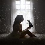 Аватар Девушка, сидит на кровати, на фоне светящегося окна, с птицей в руках, окутанная разлетевшимися перьями