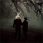 Аватар Пара идет по жуткому темному лесу в маске зайца