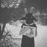 Аватар Черно-белая фотография зимнего леса где стоит девушка с головой козла в черном платье с белым воротником в руках она держит книгу с картинками