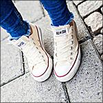 Аватар Девушка в белых кедах All star, converse