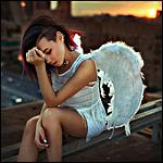 Аватар Девушка с крыльями, сидит на крыше здания