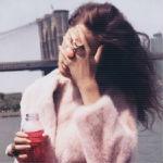 Аватар Девушка в розовой куртке с напитком на фоне моста