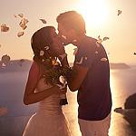 Аватар Жених целует невесту на фоне моря