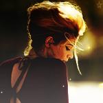 Аватар Девушка в коричневом платье грустит