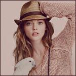 Аватар Саша Пивоварова / SASHA PIVOVAROVA в свитере, шляпе и с белым попугаем
