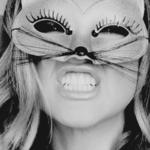 Аватар Девушка в маске-мордочке с ресничками и усиками, показывает зубки