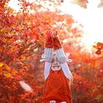 Аватар Девочка с поднятыми руками стоит на фоне осенних деревьев, ву Ann Leonteva
