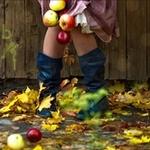 Аватар Ноги в черных сапогах среди осенних листьев и яблок