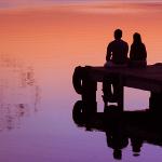 Аватар Влюбленная пара сидит у воды