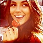 Аватар Красивая девушка улыбается, держа в руках клубнику