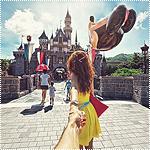 Аватар Модель Наталья Захарова, держит за руку фотографа Мурада Османна, серия фотография Следуй за мной. Гонконг, Диснейленд