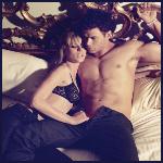 Аватар Ванильная пара лежащая на королевской кровати