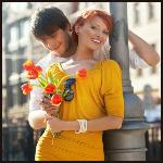 Аватар Солнечная девушка с цветами и влюбленный в нее мужчина в городе