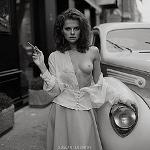 Аватар Девушка с оголенной грудью и сигаретой в руке стоит у авто, фотограф Ruslan Lobanov