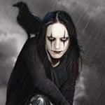 Аватар Эрик Дрэйвен / Eric Draven из фильма Ворон / The Crow сидит под дождем с вороном на плече