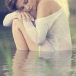 Аватар Грустная девушка у воды