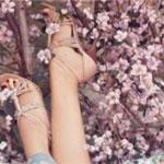 Аватар Женские ножки в босоножках на фоне цветущего дерева