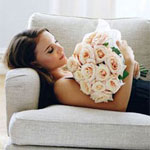 Аватар Натали Портман / Natalie Portman на диване с букетом из розовых роз