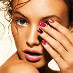 Аватар Девушка-модель одной рукой с разноцветным лаком на ногтях, прикрыла правый глаз
