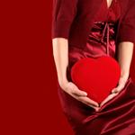 Аватар Девушка в красном платье и красном жакете держит в руках красное сердечко