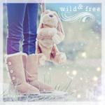 Аватар Ноги девушки в теплых сапогах, держащей за ухо игрушечного зайца (wild & free / свободна и независима)