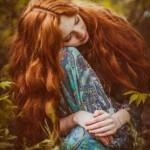 Аватар Рыжеволосая девушка сидит на фоне природы