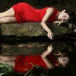 Аватар Девушка лежит на камне и смотрит в воды реки, в которых отражается