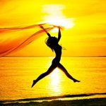 Аватар Девушка бежит с легким платком по берегу моря на фоне заката