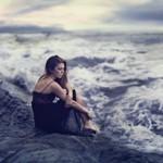 Аватар Девушка сидит на скале на берегу моря